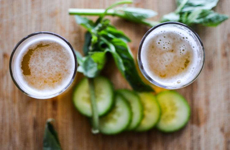 Cocktail rafraîchissant au concombre, au basilic et à la bière blonde
