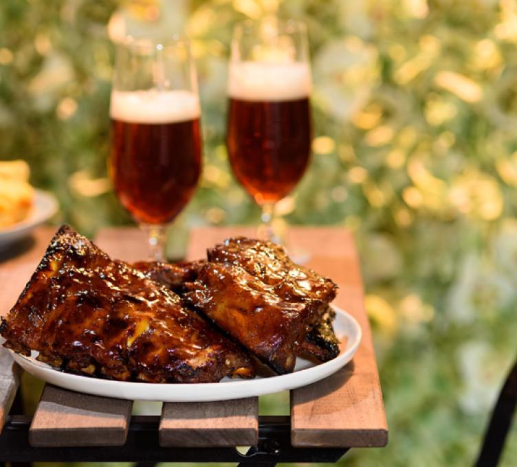 Côtes levées au miel et à la bière sur le gril
